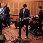 PERFORMANS: MARK RONSON – I SAT BY THE OCEAN (ve Daffodils ft. Kevin Parker)